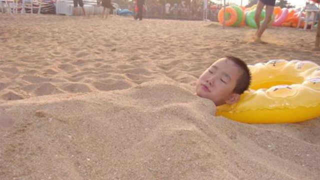 海边玩千万不要把身体埋进沙子里!