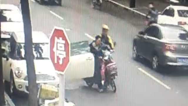 车停路边,男子开车门撞到骑车女子
