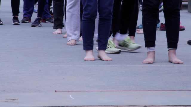 清华赤足运动会,光脚的不怕穿鞋的