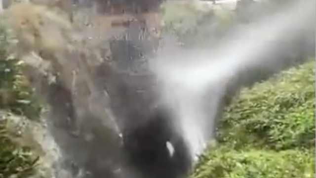 台风卡努袭海岛,瀑布被狂风吹飞了