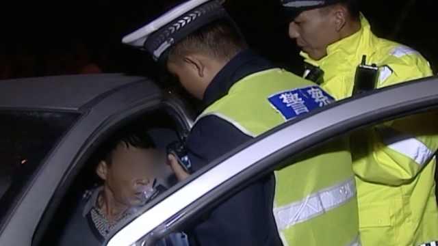 酒司机遇查耍赖,鼻孔吹气逗乐民警