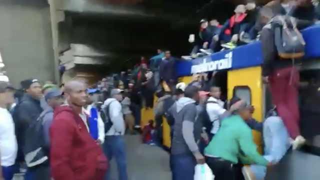 迟到会丢工作,南非人挤地铁真吓人!