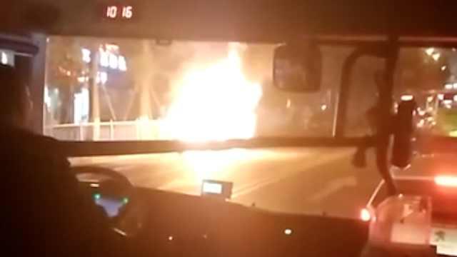惊险!南坪一轿车起火,烧成空壳