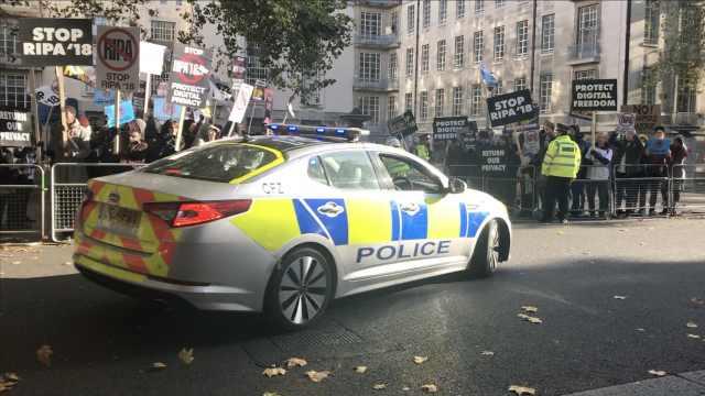 英议会前抗议,警车出动就俩真警察