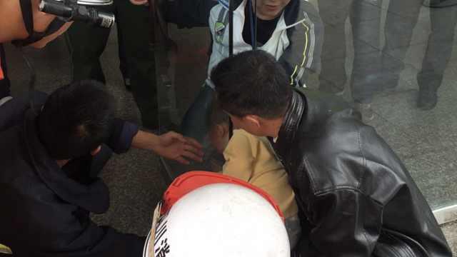 男童贪玩头卡10cm门缝,蹬腿大哭