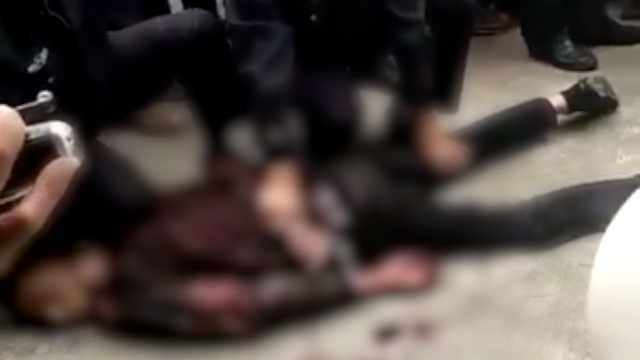 男子街头持刀伤2路人,民警鸣枪制服
