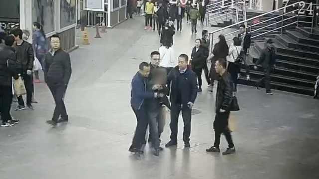 男子顺走手机,街头溜达遇下班民警