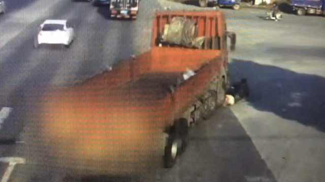 盲区致命!右转重货将骑车人卷车底