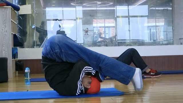 健身房惊现七旬翁,称已练瑜伽10年