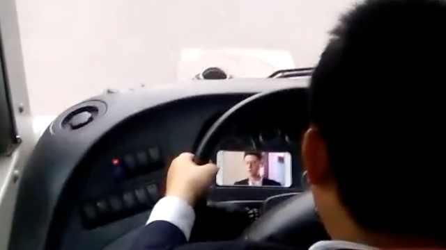 校车司机开车追剧,大学生吓出冷汗