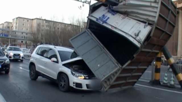 板车拉集装箱过限高杆,飞出砸后车