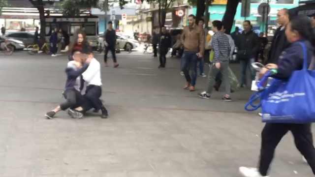 男子街头打女子,被路人飞踹打倒