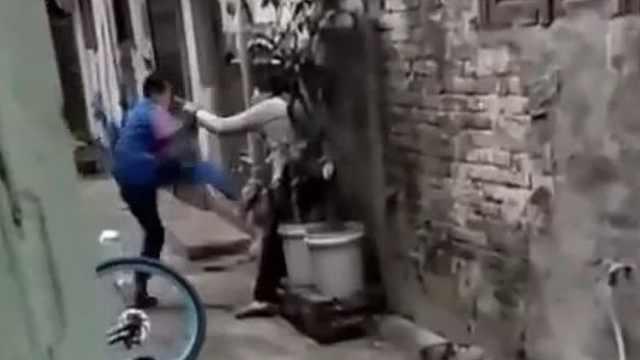 男孩疯狂殴打母亲,致其倒地痛哭