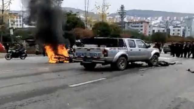 摩托车迎头撞上皮卡,瞬间燃起大火