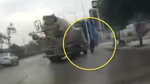 女子骑车,进右转罐车视线盲区被碾