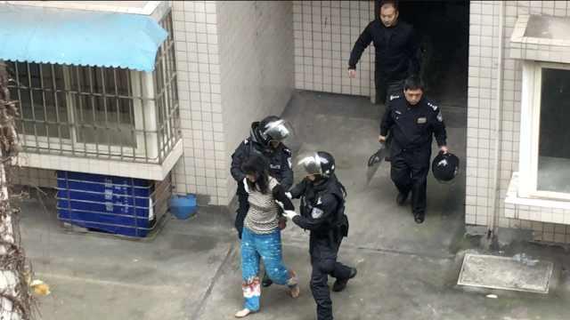 她家中突然殴打母亲,警方破门制服