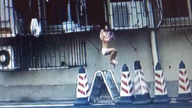 惊险!小女孩头卡防盗窗,全身悬空