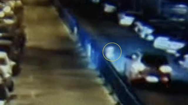 2岁男童独自穿马路,被车撞成脑震荡