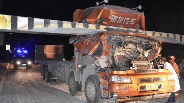 货车深夜猛怼限高杆,削掉半个车头