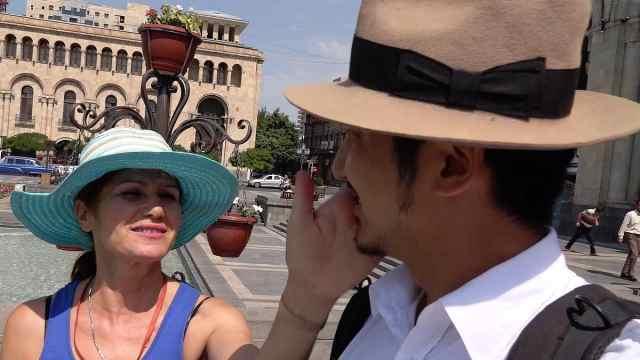 中国小伙被外国妇女纠缠,扇耳光!