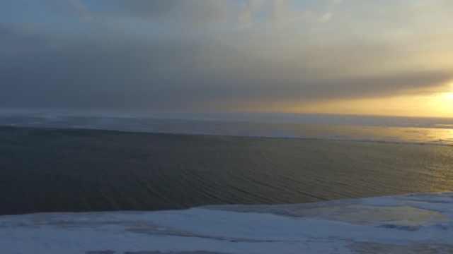 冰封湖面上吹开一道口?渔民称罕见