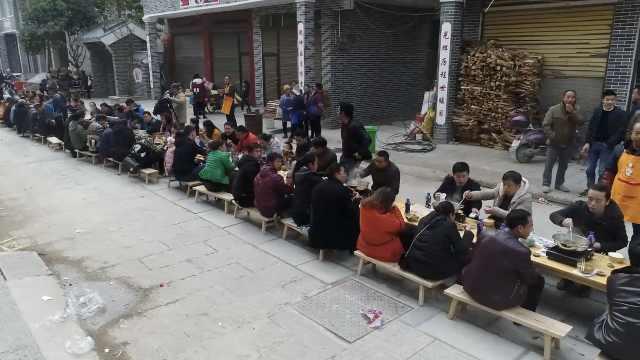 贵州小镇街头摆长桌,千人同吃牛瘪