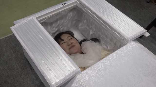 日本举办葬礼节,躺入棺材体验死亡