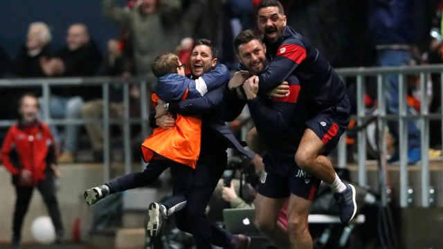淘汰曼联,这支小球队的球迷玩疯了