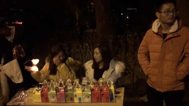 女学生平安夜前夕卖苹果,遭保安撵