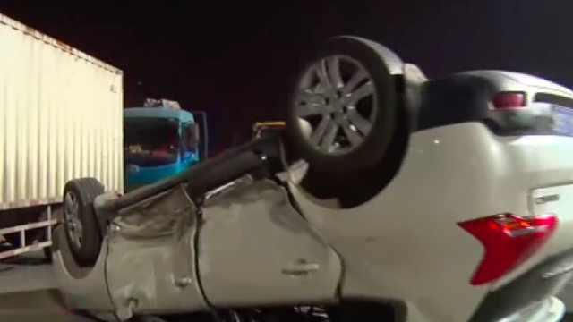 无信号灯路口  两车相撞引发翻车