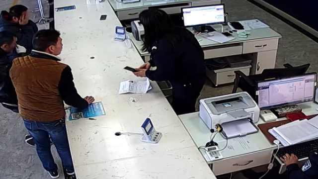 网逃人员车管所办业务  女民警智擒