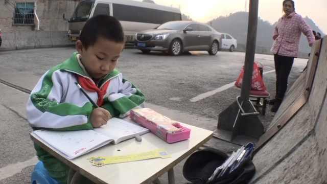 男孩立交桥上写作业,病母:光线好些
