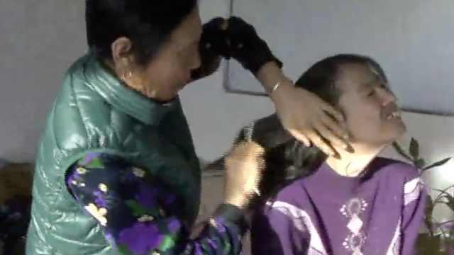 儿子捡回脑瘫女弃婴,老太抚养30年
