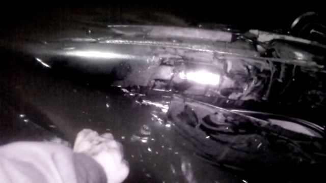 轿车直撞隔离墩,冲下桥坠入冰河