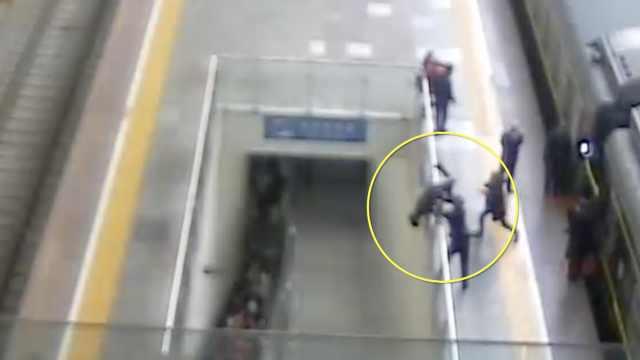 惊魂3秒!旅客跳高台,铁警瞬间拽脚