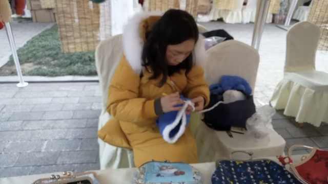 晚安,重庆 阿姨织暖心毛衣路边卖
