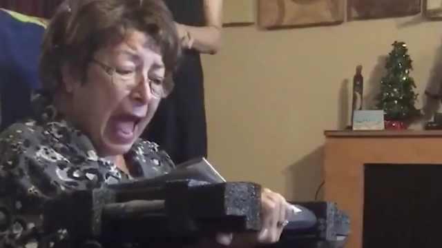 奶奶收到笔记本电脑狂喜:抱它睡觉