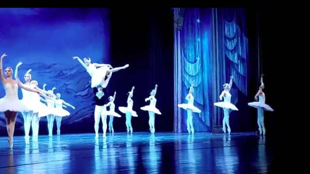 实拍湖北剧院上演芭蕾舞剧天鹅湖