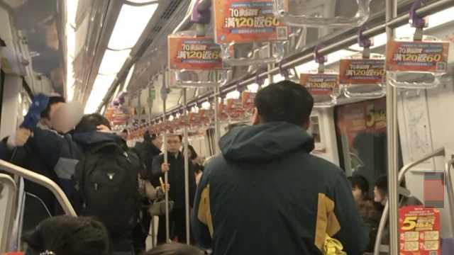 俩壮汉地铁抢座大打出手,双双挂彩