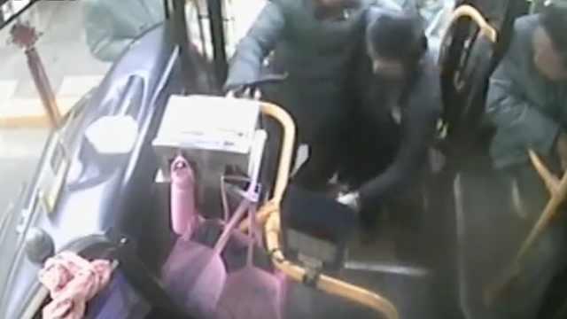 最暖熊抱!公交司机抱八旬老人上车