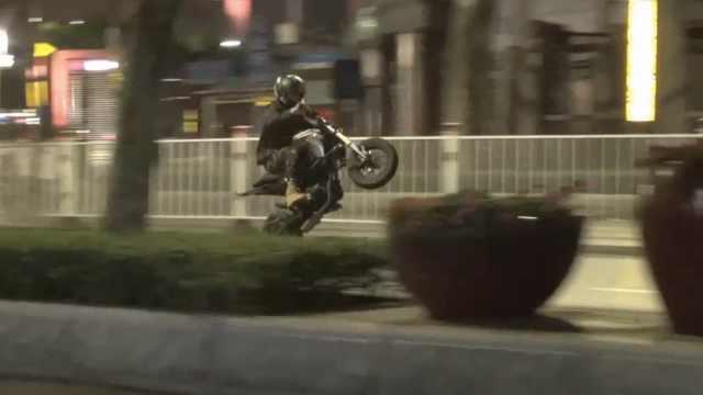 素质!3男骑改装摩托,深夜炸街扰民