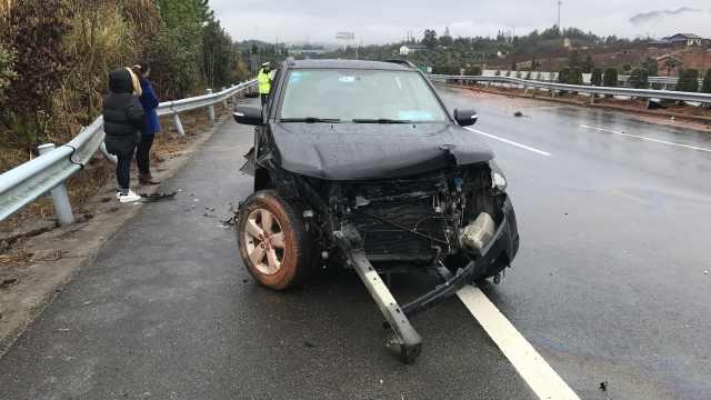 错把油门当刹车撞护栏,车头被撞烂