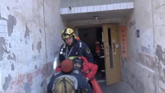 不是演习!消防火场背出被困妇女