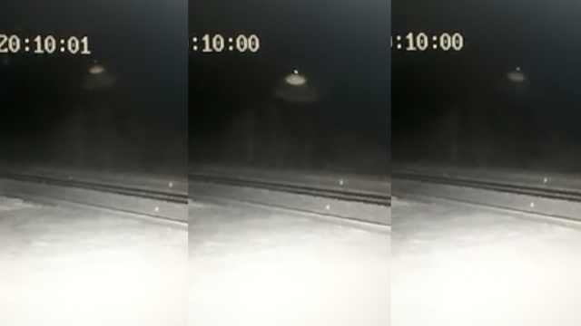 UFO出没?火车站监控拍下奇异光束
