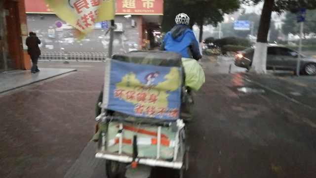 他辞职宣传环保,拖百斤行李骑万里