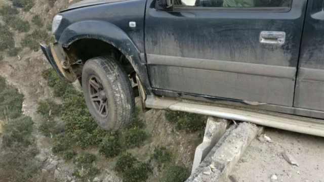 皮卡失控撞断大桥护栏,车头悬空中