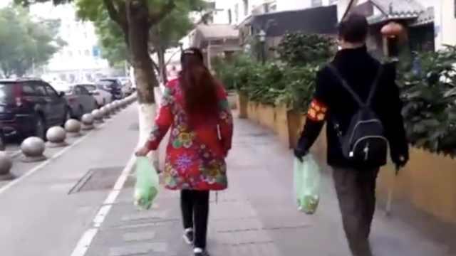 退休夫妻路边捡垃圾:喜欢这座城市