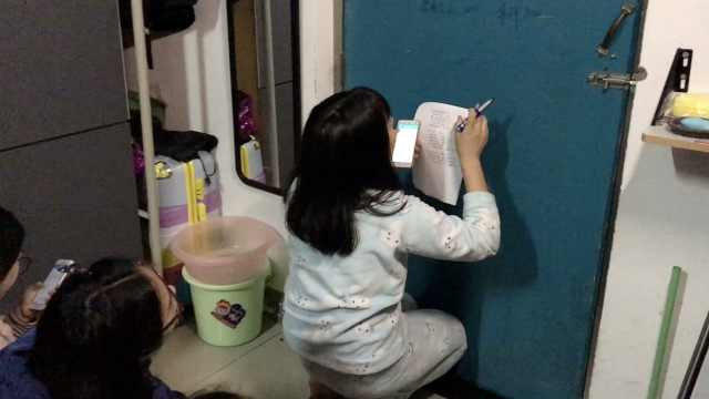 怕室友挂科?学霸寝室门当黑板授课