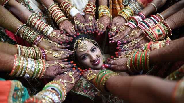 直播:印度女贴男!百万嫁妆奢华婚礼