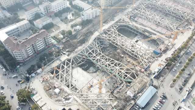 南京工地塌陷,居民:房子从去年就晃